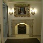 Eingangsbereich, Kaminattrappe mit wunderschöner Wappenplatte