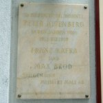 Tafel an der Hausmauer über berühmte Hotelgäste