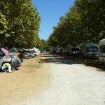 une allee emplacement caravane ou tente