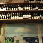 Detalle estantería de vinos