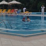 Femme entièrement habillée dans la piscine