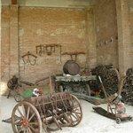 Vecchi strumenti agricoli nel fienile