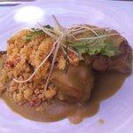 Contramuslo de pollo con cuscus de piña y cilantro y salsa de curry
