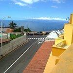 vista desde habitación, calle entrada al hotel