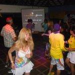 una noche barbara con karaoke y baile