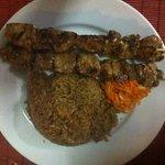 Brochettes de poisson et riz rouge