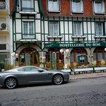 La façade, patrimoine de La Baule et notre voiture, patrimoine de l'industrie automobile anglais