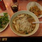 Pho Suppe mit Huhn, daneben Curry mit Mango