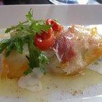 タラの燻製とキュウリのサラダ