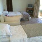 se ven las 2 camas y un sillon cama