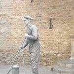 artista di strada in piazza