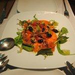 Ensalada de tomate de la huerta con olivas marcidas y jamón