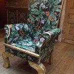 Väldigt läcker stol i gästrum vid receptionen!