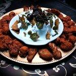 Este es nuestro Sampler: Boneless Buffalo wings, Dedos de Queso y Nachos con Carne.