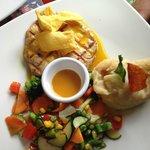Pollo en salsa de miel y mostaza con puré y vegetales salteados