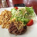 Steak al grill y mostaza con ensalada y choclo frito