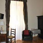 detalle de la habitación nº2 escritorio y ventana