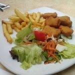 tochetti di pollo inpanati e fritti  e patatine e in salata