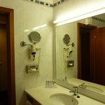 """Banheiro bem equipado, limpo e cheio de """"mimos"""""""