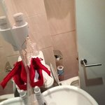 SALLE DE BAIN - la porte cogne dans les toilettes