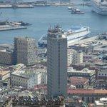 El hotel se puede ver prácticamente desde todo Nápoles