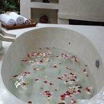 Vasca con petali all'arrivo