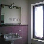 Il bagno molto spazioso (stanza viola)