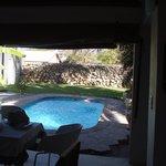 Het zwembad vanuit leuke lounge