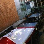 tavoli all'aperto sotto la fresca ombra del caco e del pero