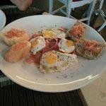 Tosta serranita: cama de tomate, jamón serrano y huevos de codorniz a la plancha con orégano
