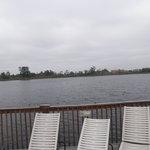 Afuera del hotel hay un lago....