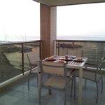 Uno de nuestros desayunos en la terraza: croisants recien horneados en el apartamento