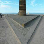 Il memoriale prospiciente la spiaggia