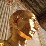 Das Münzkabinett zeigt vergoldete Büsten vieler römischer Kaiser