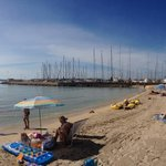Båthamnen i blickfång från solstolen