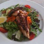 Poulpe grillé avec salade verte et carotte