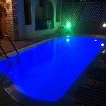 la piccola piscina di notte