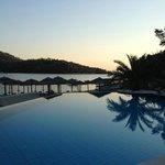 zona piscina al tramonto