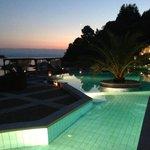 piscina in versione notturna