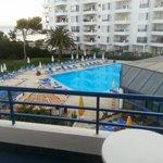 Uitzicht op zee en het zwembad