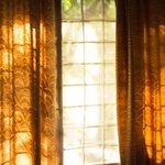 Petite fenêtre agréable où passe souvent la lumière
