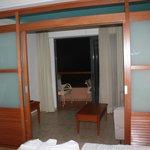 coin salon de la chambre avec vue terrasse