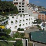 Blick zum anderen hotelflügel und zur Sadt bzw. Strand