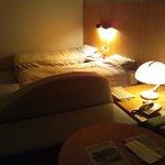 寝室、ライトがダウンしかないので、暗すぎだと思います