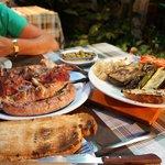 Кролик, свиные щечки, каталонская колбаска и овощи гриль