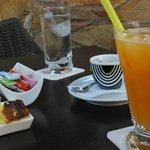caffè e succo di frutta all'arancia