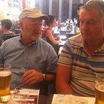 Smaker godt med en øl i varmen! Topp service her, med godt utsyn mot Pantheon.
