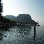 Gezicht op Garda en bergen achterland