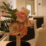 Prima colazione con fiori freschi