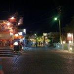 Straat met Restaurants in Kamari